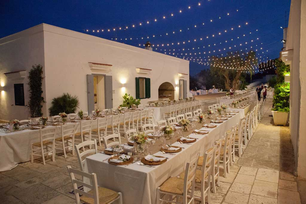 The by night wedding allows to play with candles and lights reflections. So the dinner will be a magic moment. Photo: Masseria San Nicola in Fasano (Brindisi)_1